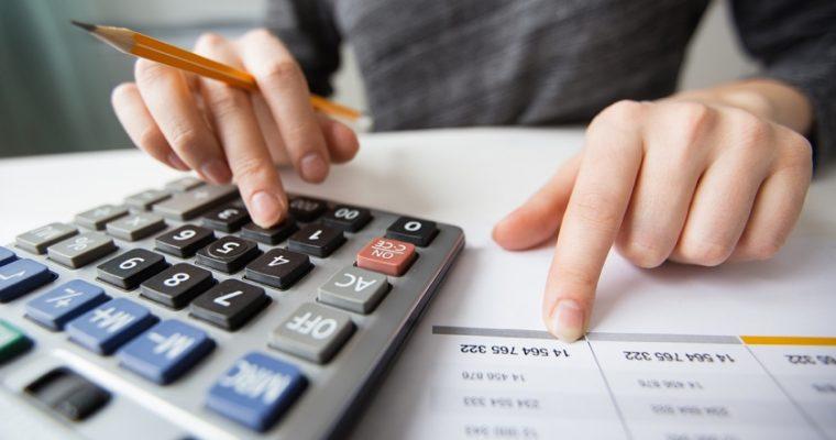 Persona usando calculadora. Identificar a un buen contador